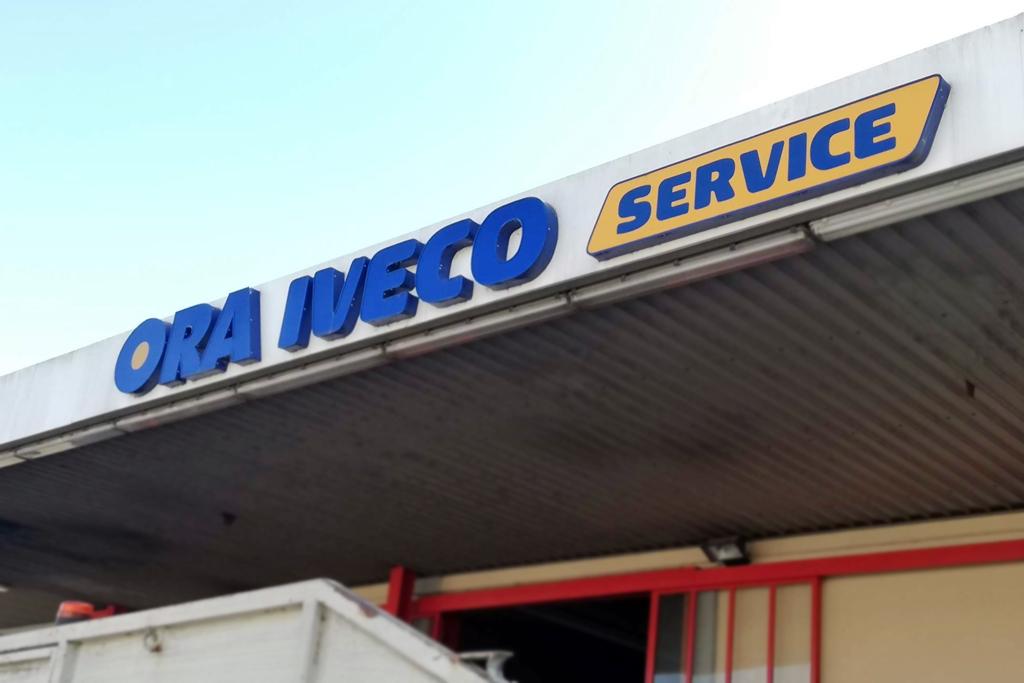 insegna a lettere scatolate Ora azienda locata in Umbria