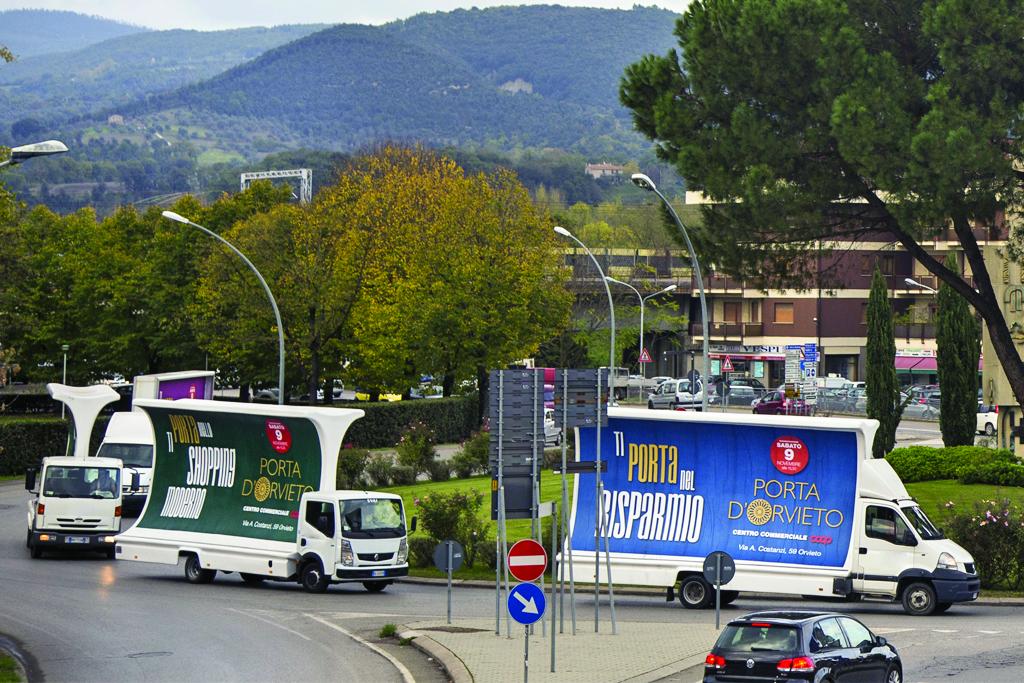 Campagna pubblicitaria con vele per inaugurazione centro commerciale Porta D'Orvieto