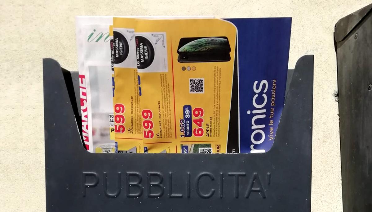 distribuzione volantino porta a porta nella cassetta della posta